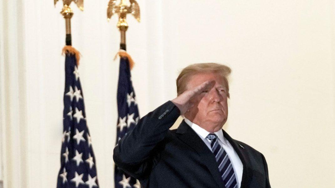 Donald Trump, deși încă e contagios, şi-a scos masca imediat ce a ajuns la Casa Albă