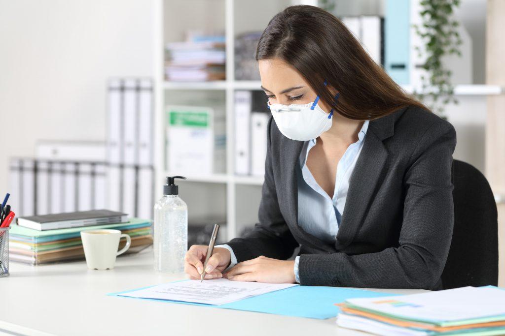 3 soluții pentru a combate respirația urât mirositoare provocată de masca de protecție