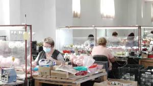 Donald Trump împodobește bradul de Crăciun cu globuri fabricate la Cluj