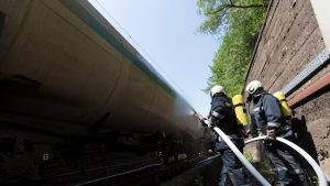 Alertă în Gara Sinaia: Incendiu la locomotiva unui tren încărcat cu motorină