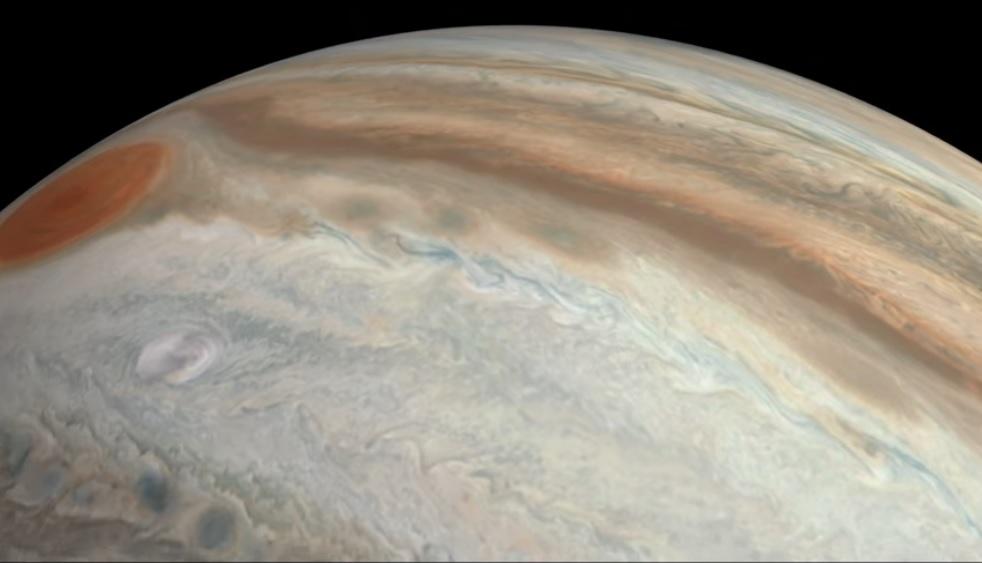 Video spectaculos cu zborul deasupra planetei Jupiter