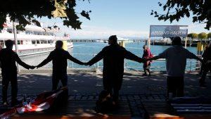 """Manifestanții """"anti-mască"""" formează un lanț uman la granița germano-elvețiană: imagini cu momentul"""