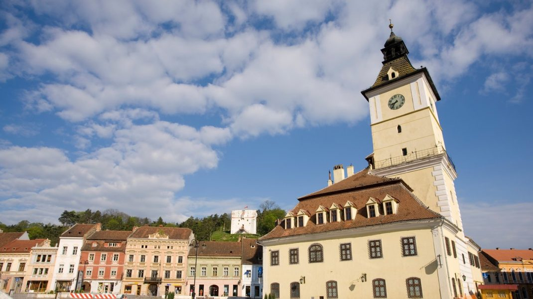 Noi interdicții sunt valabile de azi în Brașov. Unde ești obligat să porți masca