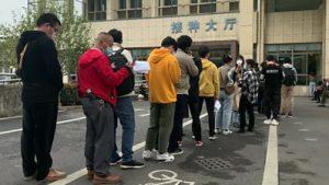 Sute de persoane au stat la coadă la un spital din China pentru a se imuniza cu un vaccin experimental care nu a trecut prin toate testele