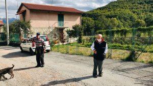 Pensionari poartă mască în Italia