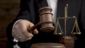 Judecător cu ciocănel la tribunal.