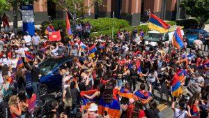 Sute de oameni au protestat în faţa consulatului Azerbaidjanului din Los Angeles, pe fondul luptelor armeno-azere