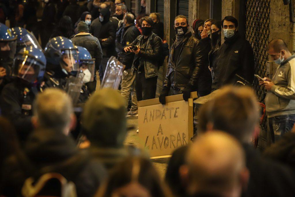 Proteste violente în oraşul italian Florenţa impotriva restricţiilor impuse de autorități GALERIE FOTO