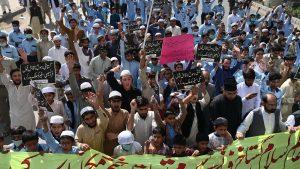 Lumea musulmană firbe. Manifestații ample în Pakistan și Bangladesh împotriva Franței