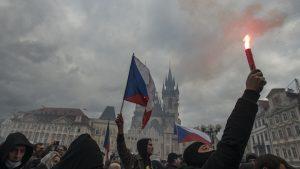 Proteste violente în Praga față de restricțiile anti-COVID. Cehii au aruncat cu pietre și torțe în poliție