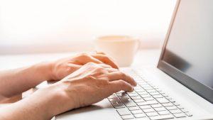 Poți să iei bani de la stat pentru laptop, dacă ai lucrat de acasă. Care sunt condițiile