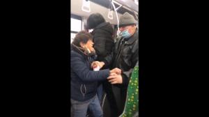 Bătaie într-un autobuz din Iași între doi călători. Scandalul ar fi plecat de la masca purtată prost. VIDEO
