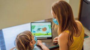 Online, dar cu mintea la joacă. Ce înseamnă pentru un băiețel de 4 ani să facă lecțiile online