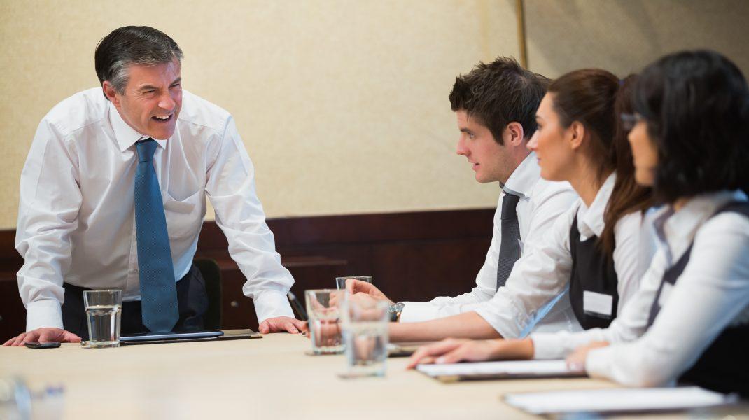 Un feedback dur din partea șefului nu e un pas înainte. Cum ar trebui să comunice angajatorii cu subalternii