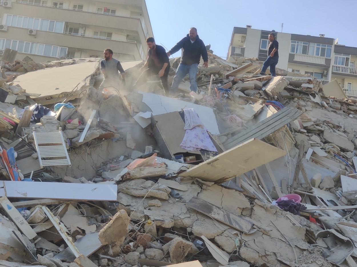 FOTO – VIDEO: Cutremur cu magnitudinea 7 în Turcia și Grecia. 4 oameni au murit și 120 sunt răniți. Apa a inundat mai multe străzi din Izmir Samos. Primele imagini cu pagubele produse de seism