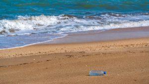 Pe fundul oceanelor sunt peste 14 milioane de tone de bucăți minuscule de plastic