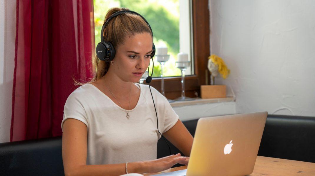 Cursurile online nu mai sunt o povară pentru studenți. Nu mai pierd timp în trafic și pot participa de oriunde