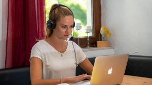 Platformele online le dau bătai de cap studenților: Ba nu se aude, ba se aude foarte întrerupt