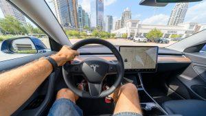 S-a terminat cu somnul la volanul unei Tesla. Mașina te va supraveghea