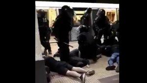 Violențe la metrou între jandarmi și suporterii echipelor Steaua și Dinamo. Momentul în care forțele de ordine intervin