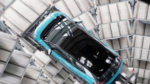Piața auto încă are scânteie la motor. Ce companie e pe primul loc la vânzările de mașini electrice