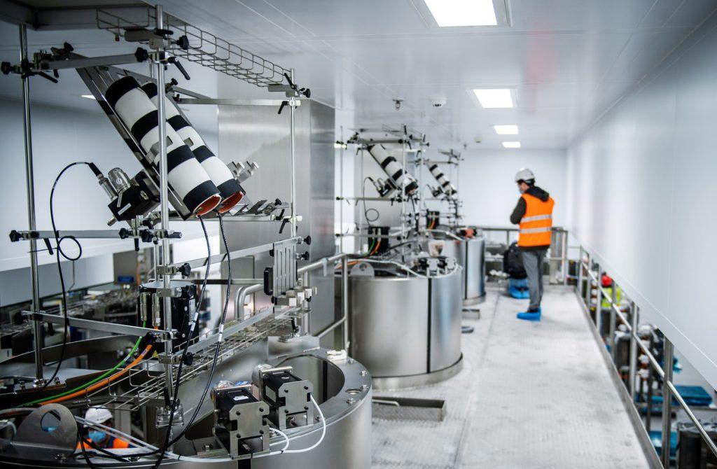 Linia-de-producție-pentru-vaccinul-Moderna-împotriva-Covid-19-din-Visp-Elveția