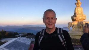 Imagini impresionante. Momentul în care un diplomat britanic de 61 de ani sare într-un râu din China pentru a salva o studentă de la înec