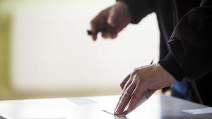 FOTO: Coadă interminabilă formată la o secție de vot din București. Zeci de moldoveni așteaptă să-și aleagă președintele