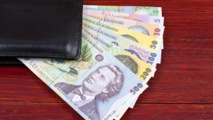 Studiu: O treime dintre români și-ar păstra economiile într-un plic, în șifonier