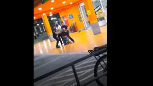 Un bărbat de culoare, omorât în bătaie de doi agenți de securitate ai unui supermarket din Brazilia. Reacția CEO-ului