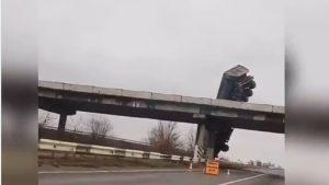 Un camion a derapat și a rămas agățat de un pod. VIDEO