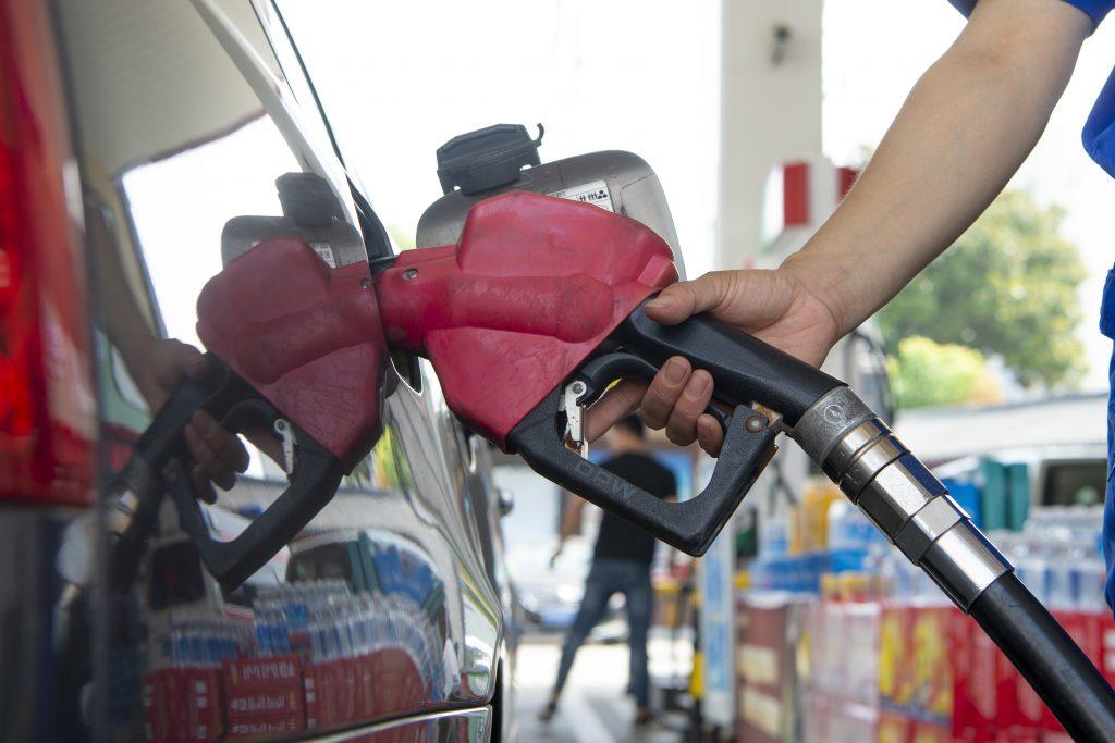 Restricțiile impuse pe fondul pandemiei duc la scăderea prețului petrolului