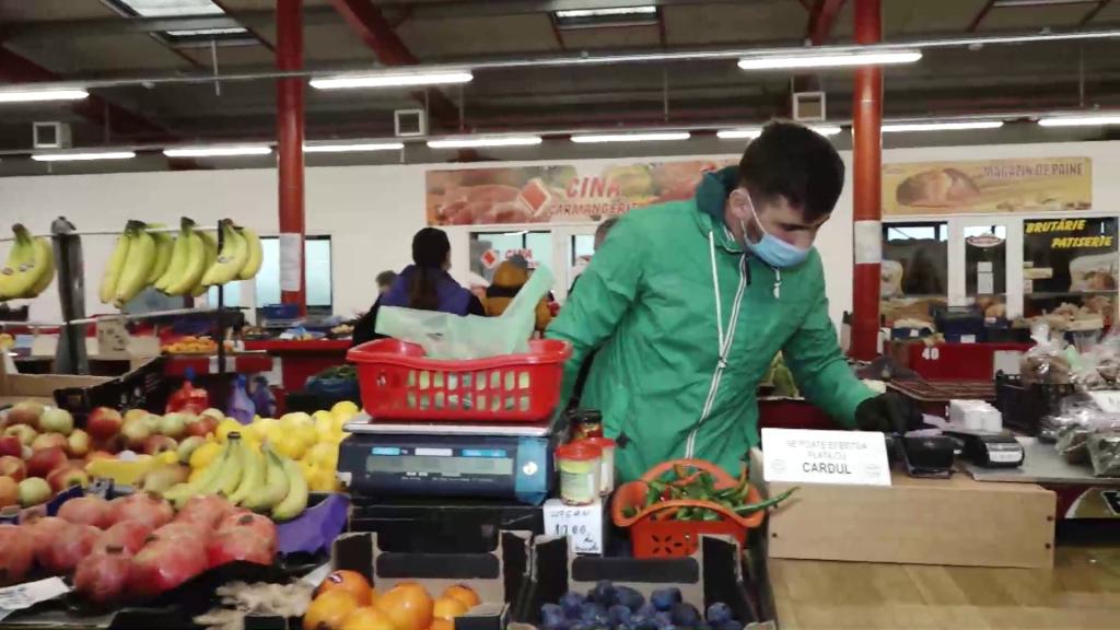 Mărturiile comercianților din piețele din Cluj care își mută marfa în stradă