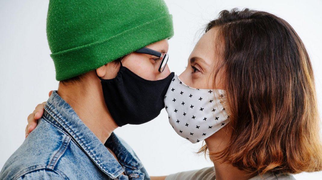 Pandemia, o piedică în calea iubirii. Oamenii ezită să iasă la întâlniri de teamă să nu se infecteze