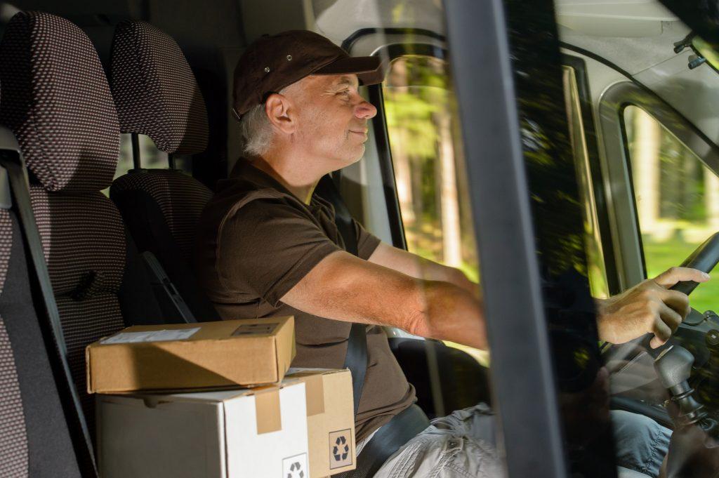 """Curierii au de două ori mai mult de lucru în perioada Black Friday: """"Azi am 140 de pachete"""""""