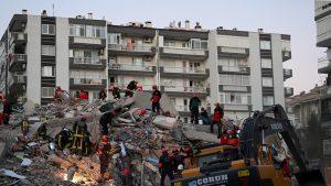 Turcia continuă să își salveze oamenii. 103 persoane, scoase până acum de sub dărâmături. Numărul morților a crescut
