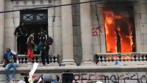 Sute de protestatari au incendiat o parte din clădirea Guvernului din Guatemala. Ce i-a scos în stradă