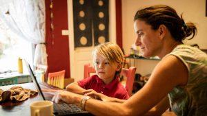 În România, părinții învață cot la cot cu copiii. În UK, elevii sunt înscrişi de mult în sistemul homeschooling