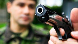 Un adolescent înarmat a fost imobilizat de polițiști într-un magazin de bijuterii din București