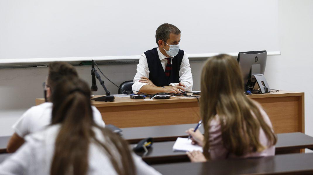 Guvernul a atacat la CCR legea care prevede stimulentele de COVID acordat profesorilor