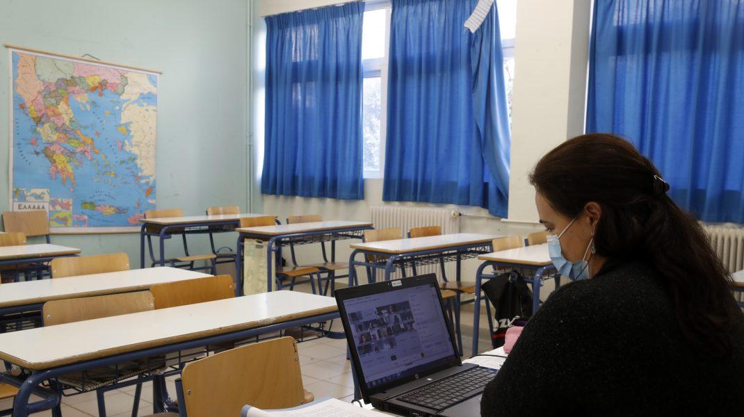 Profesorii din Bucureşti se pregătesc abia acum pentru şcoala online