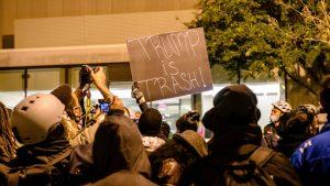 Violențe în SUA între manifestanții pro și anti-Trump. Un bărbat a fost înjunghiat, iar 20 de persoane au fost arestate