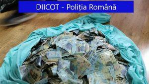 A ascuns în casă saci uriași de bani. Suma găsită de DIICOT în casa unui traficant de droguri. FOTO și VIDEO