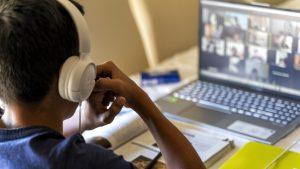 O nouă amenințare pândește elevii dincolo de ecranul tabletei. Cum sunt afectați copiii