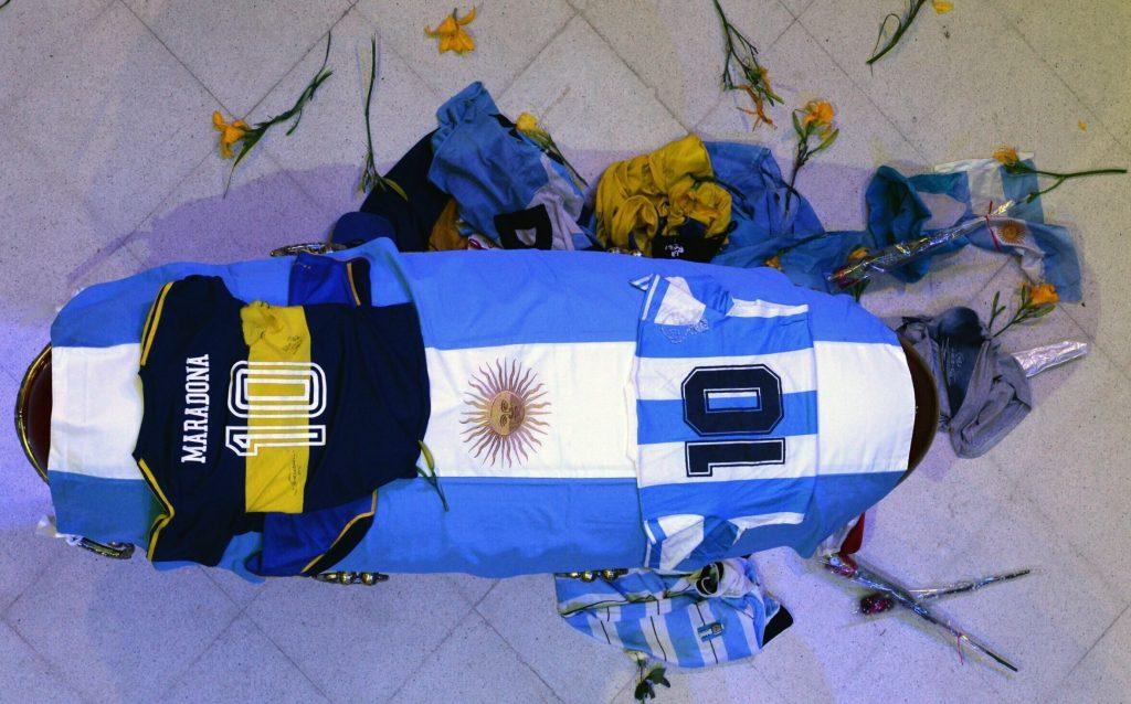 Angajatul de la firma de pompe funebre care a fotografiat sicriul deschis al lui Maradona și-a cerut public scuze