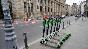 Furt la drumul mare: Un bucureștean a luat 20 de trotinete electrice de pe stradă și le-a vândut. VIDEO