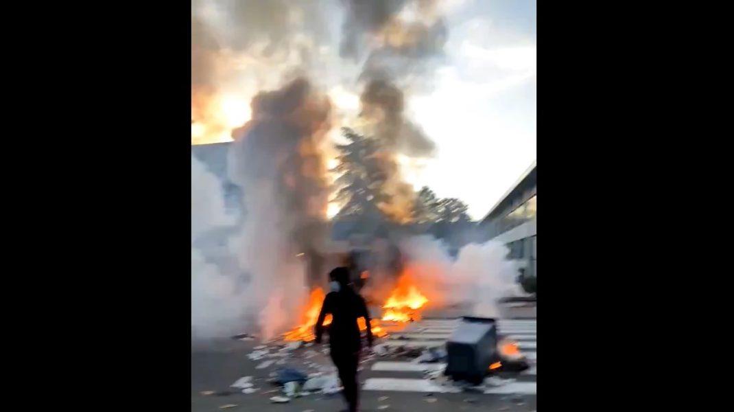 Scene violente în Franța. Elevii au vandalizat mașinile poliției și au atacat forțele de ordine din cauza menținerii școlilor deschise. VIDEO