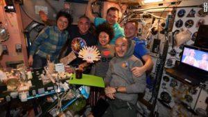 Astronauții de pe Stația Spațială au organizat o cină de Ziua Recunoștinței. Mâncarea a fost preparată pe pământ, dar servită pe orbită