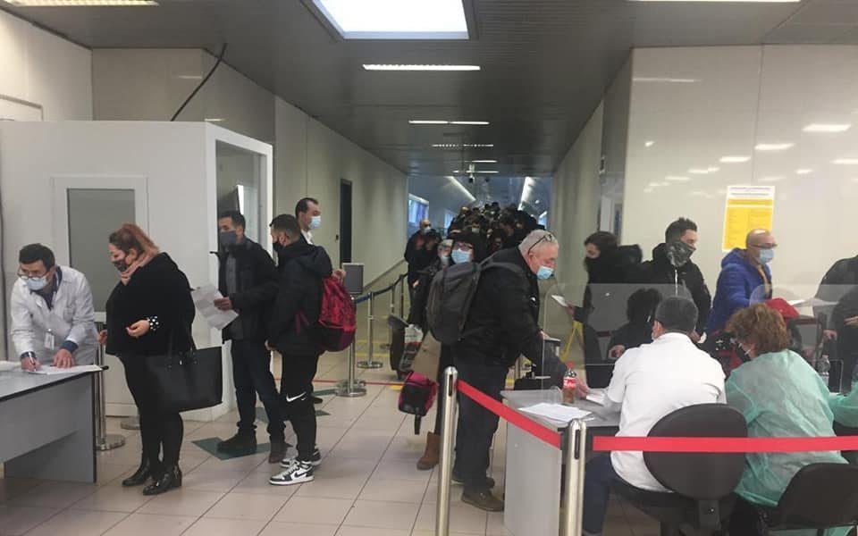 Zeci de persoane se îmbulzesc pentru controlul DSP în Aeroportul Otopeni