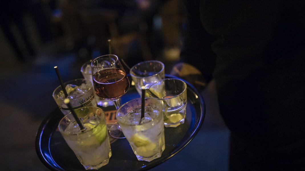 Pahare cu alcool pe o tava